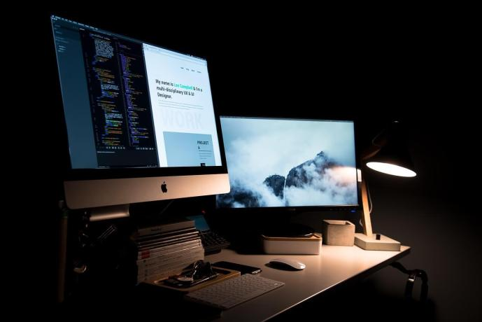 两台计算机显示器并排。