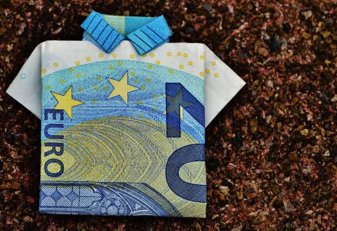 折叠成衬衫的20欧元纸币。