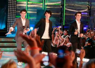 The Jonas Brothers co-host the 2009 MMVAs