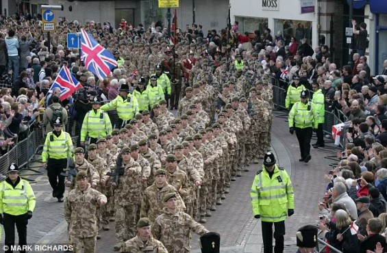 Parade britischer Soldaten nach dem Abzug aus dem Irak (London, Dezember 2011)