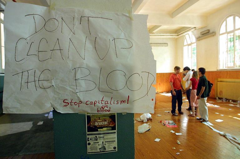 """Una nota con la scritta """"Non ripulire il sangue"""" è appesa alla scuola Diaz, sede del movimento ombrello di protesta contro la globalizzazione, il Genoa Social Forum (GSF) AFP FOTO GERARD JULIEN"""