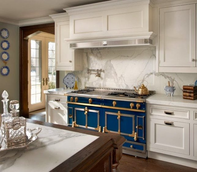 Gallagher Kitchen: 25 Classic White Kitchens With Blue & White Accessories