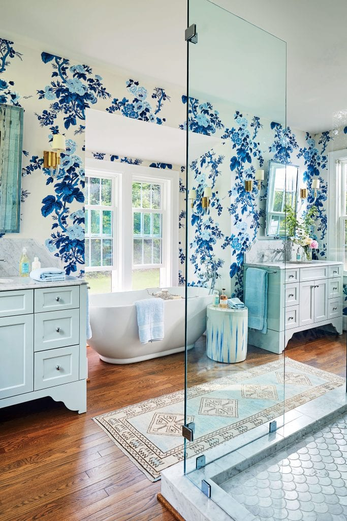 lindsey-cheek-wilmington-north-carolina-pyne-hollyhock-schumacher-wallpaper -in-bathroom-southern-living-magazine