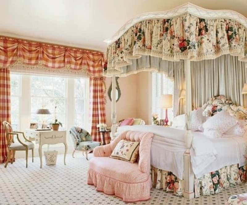 mario-buatta-bedroom-chintz-settee-canopy-bed