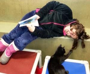 criancas-alfabetizacao-ler-animais-abandonados-3
