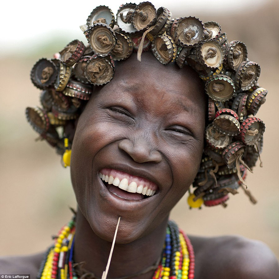 Tribo-Daasanach-tribo-africana-que-recicla-lixo-transforma-o-em-acessorios_02
