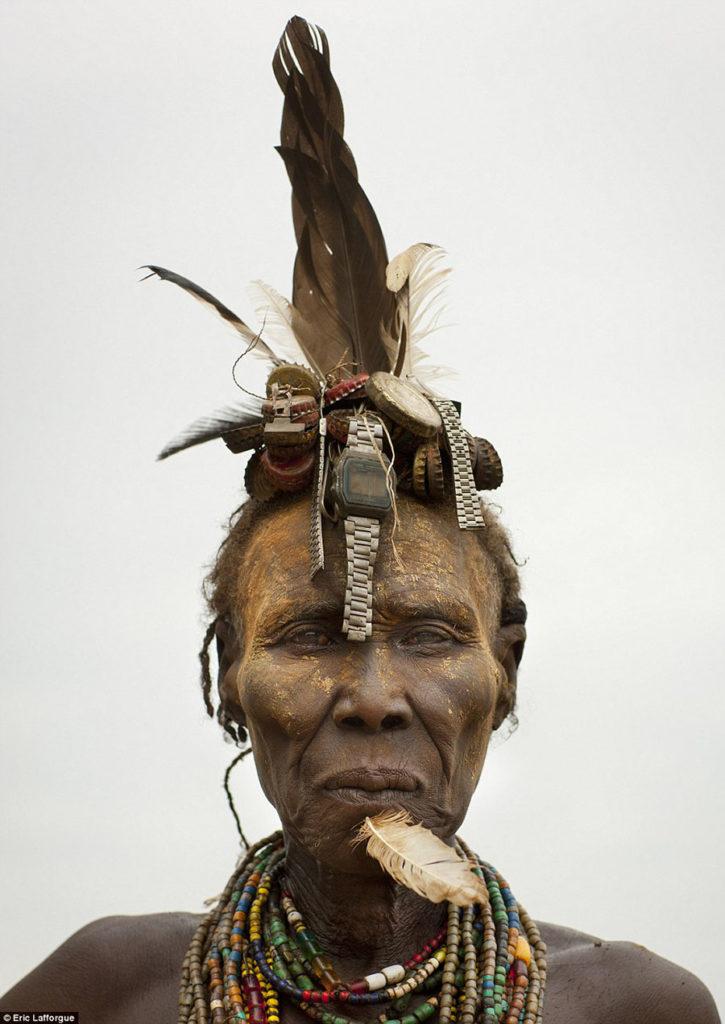Tribo-Daasanach-tribo-africana-que-recicla-lixo-transforma-o-em-acessorios_04