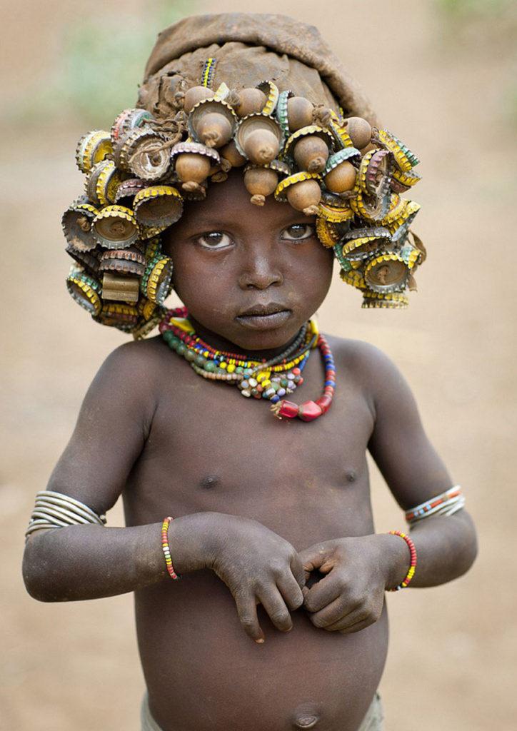 Tribo-Daasanach-tribo-africana-que-recicla-lixo-transforma-o-em-acessorios_05