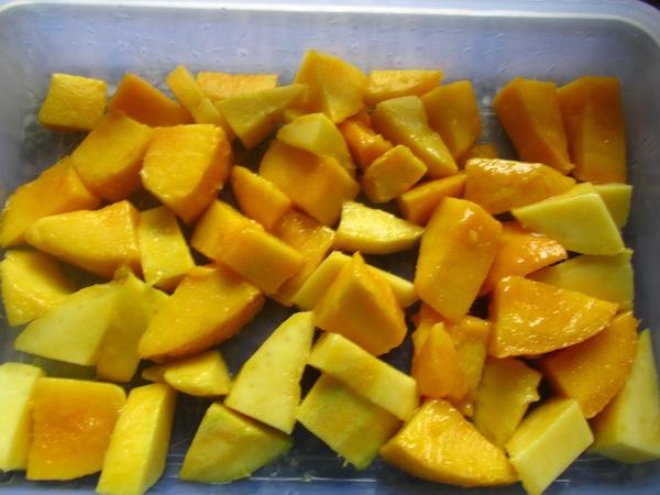 Peeled and chopped mangoes