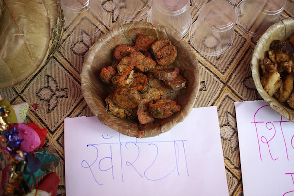 Patushni/Aairkanchan/Khariya: The dish is prepared by wrapping rice or legumes paste and spices in taro leaves, boiled, sliced and then deep fried. Legumes used generally are kaalo mass (black lentils) or masyang/syaltung (ricebeans).