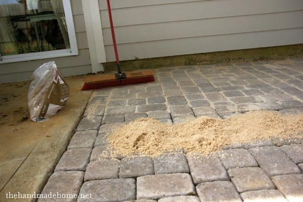 How_to_install_patio_pavers_and_a_fire_pit_laying_pavers