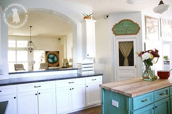 bright_farmhouse_kitchen