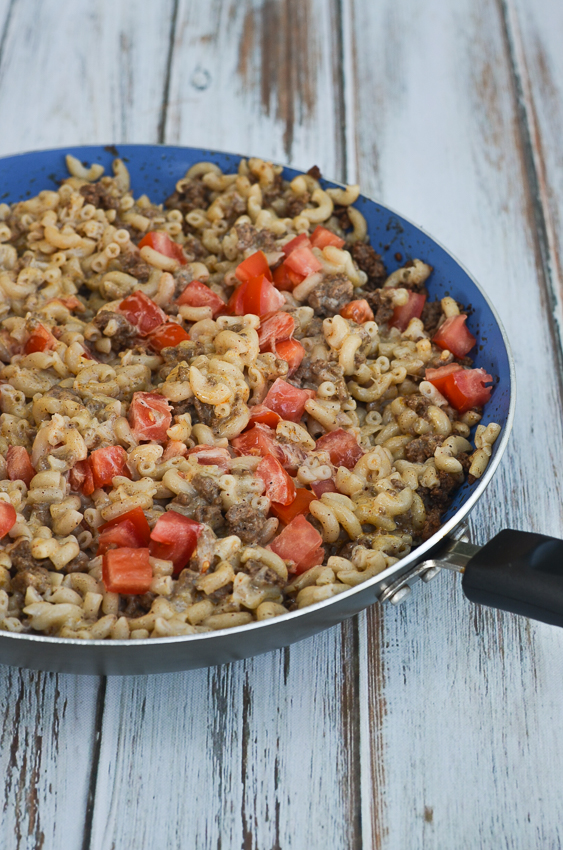 A simple and tasty gluten-free chili mac recipe that the entire family will devour! Creamy, cheesy and great for those with a gluten intolerance. Can easily be made keto, low-carb and grain-free by using konjac or another type of low-carb noodle!