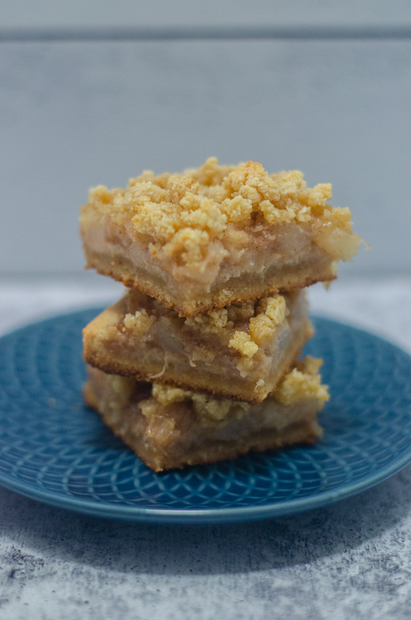 These paleo peach bars are a delicious summer treat. They have a delicious shortbread crust, and are sweetened with maple syrup and coconut sugar. Gluten-free, dairy-free.