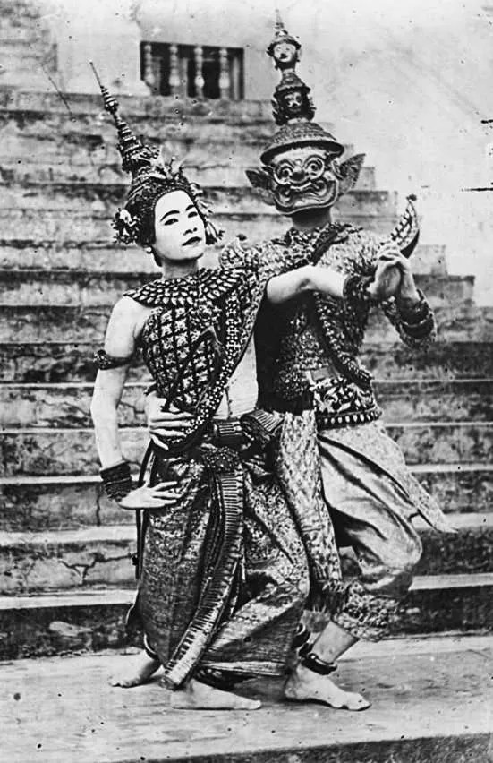 Dancers dressed as Sita (neang role) and Ravana (yeak role).