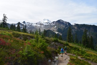 chain lakes trail, best hikes for kids, fall hiking, kids in nature, mt. baker