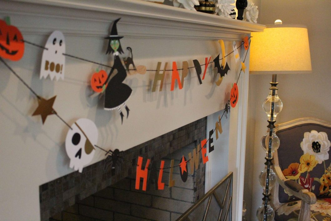 Decorating for Halloween // www.thehisfor.com