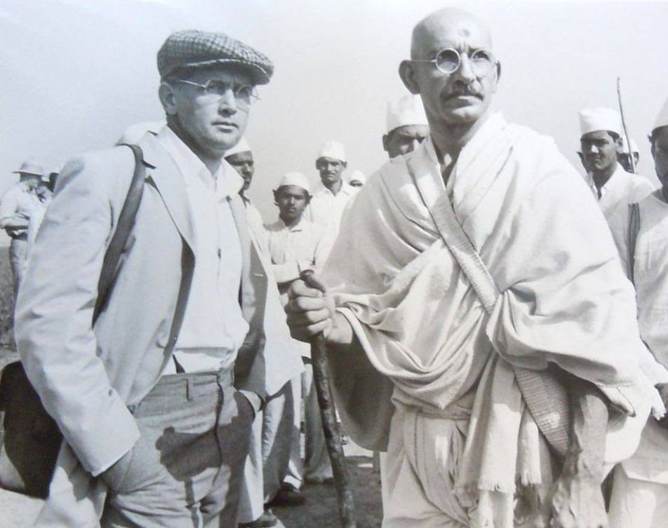 Martin Sheen & Ben Kingsley in 'Gandhi' (1982). The movie end up winning 8 Oscars including best actor for Mr. Kingsley and best picture