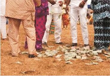 Nigerians defy CBN ban on spraying of naira notes