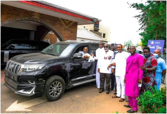 Akeredolu presents vehicles to Deputy Speaker