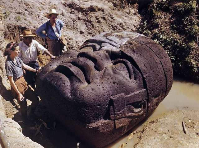 olmec-head- being eexcavated