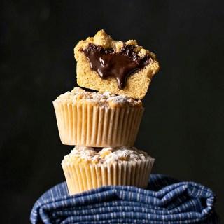 Τριφτά καπ κέικ (cupcake) με γέμιση σοκολάτα-ταχίνι (ή μερέντα)
