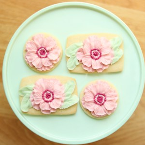 the hutch oven buttercream flower cookie