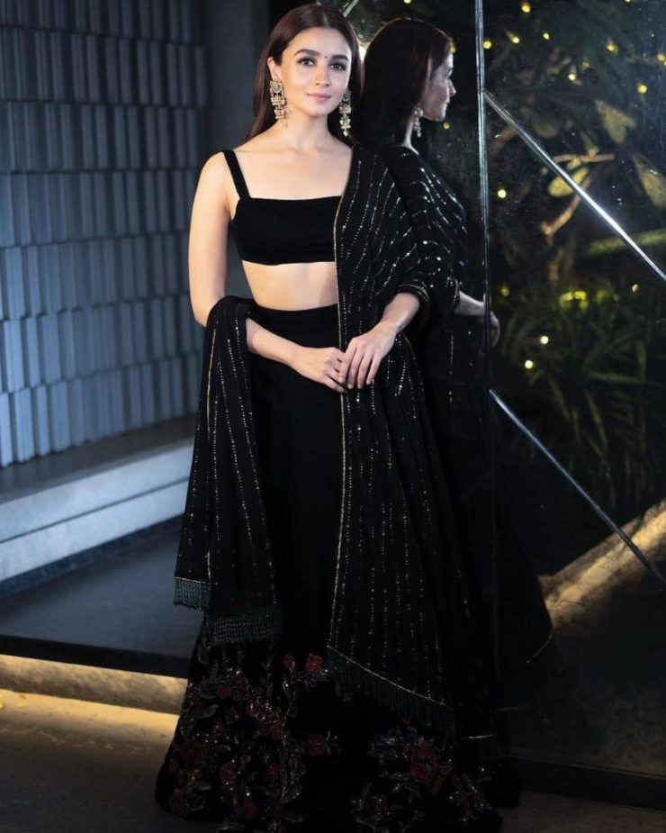 Courteously To All The Beautiful Ladies, Alia Bhatt Was The Best Dressed Celeb At Shahrukh Khan's Big Diwali Bash (3)