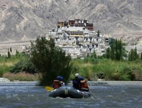rafting sur l'Indus par des clients du Tsermang eco camp