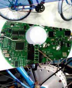 Photo de easyride, projet franco-indien de vélo électrique fonctionnant à l'énergie solaire, la batterie est chachée dans le pédalier