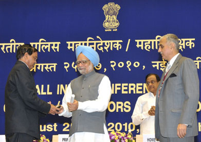 The Prime Minister, Dr. Manmohan Singh presented the President's Police Medal, at the Annual Conference of DGPs/IGPs, in New Delhi