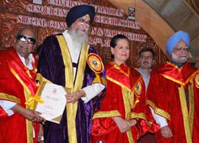 The Prime Minister, Dr. Manmohan Singh, the Governor of Tamil Nadu & the Chancellor of the University of Madras, Shri. Surjit Singh Barnala, the Chief Minister Tamil Nadu Dr. M. Karunanidhi and the Chairperson, UPA, Smt. Sonia Gandhi at the Sesquicentennial Celebrations and Special Convocation of the University, in Chennai on September 05, 2008.