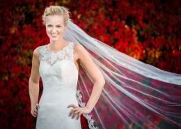 Bruden foreviget af bryllupsfotograf Theis Poulsen på Herning banegård - skønhed findes over alt