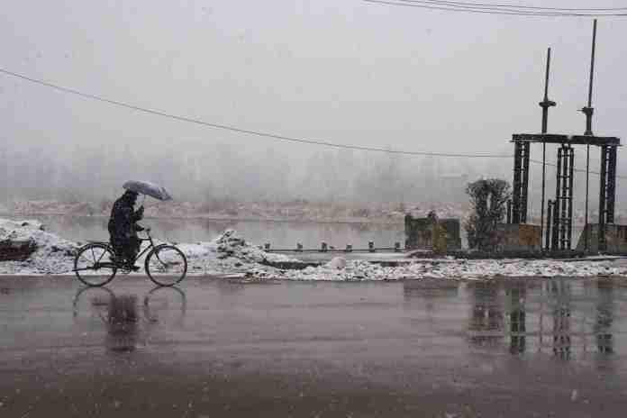 kashmir, snowfall in kashmir, kashmir snow, kashmir tourism, kashmir tourists, jammu and kashmir, srinagar, srinagar weather, kashmir weather, snow in gulmarg