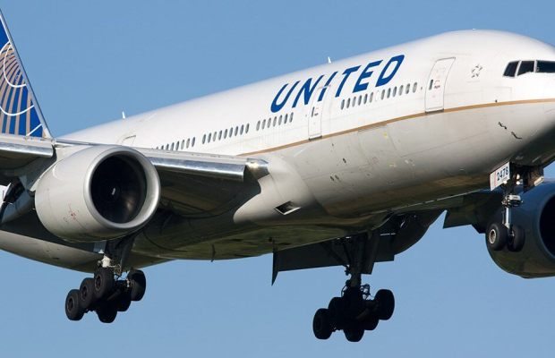United Airlines aircraft descends toward airport (Photo courtesy of TripAdvisor).
