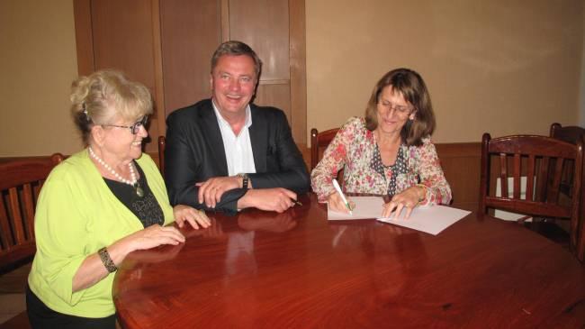 Gerlinde Engel, Christian Engel and Prof. Dr. Isabel Martin signing the Memorandum of Understanding