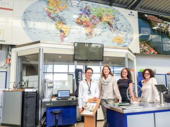 Ketsana Siphonephath (LGTC), Cornelia Motsch, Sonja Pruell, Carina Adam (UeBZO) in the mechanical workshop of the UeBZO