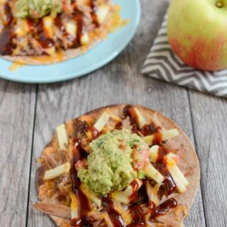 These Pulled Pork and Apple Tostadas are a simple way to transform your pulled pork leftovers! Make them for lunch, dinner or a quick snack!
