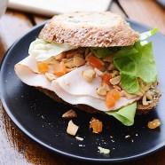 Belegd-broodje-met-kip,-abrikoos-en-dressing-(7-van-12)
