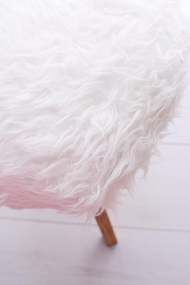 Een kruk met wollige schapenvacht