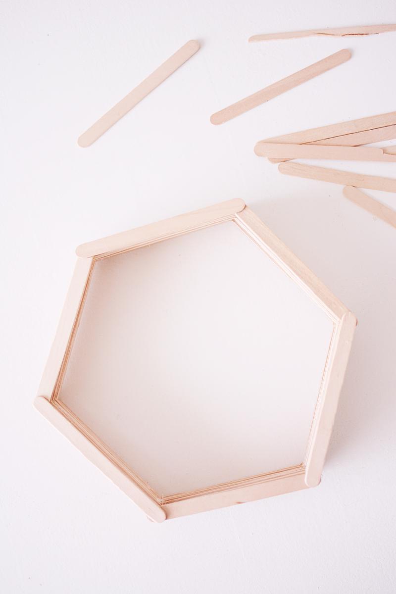 maak-zelf-een-zeshoekig-wandkastje-7-van-12