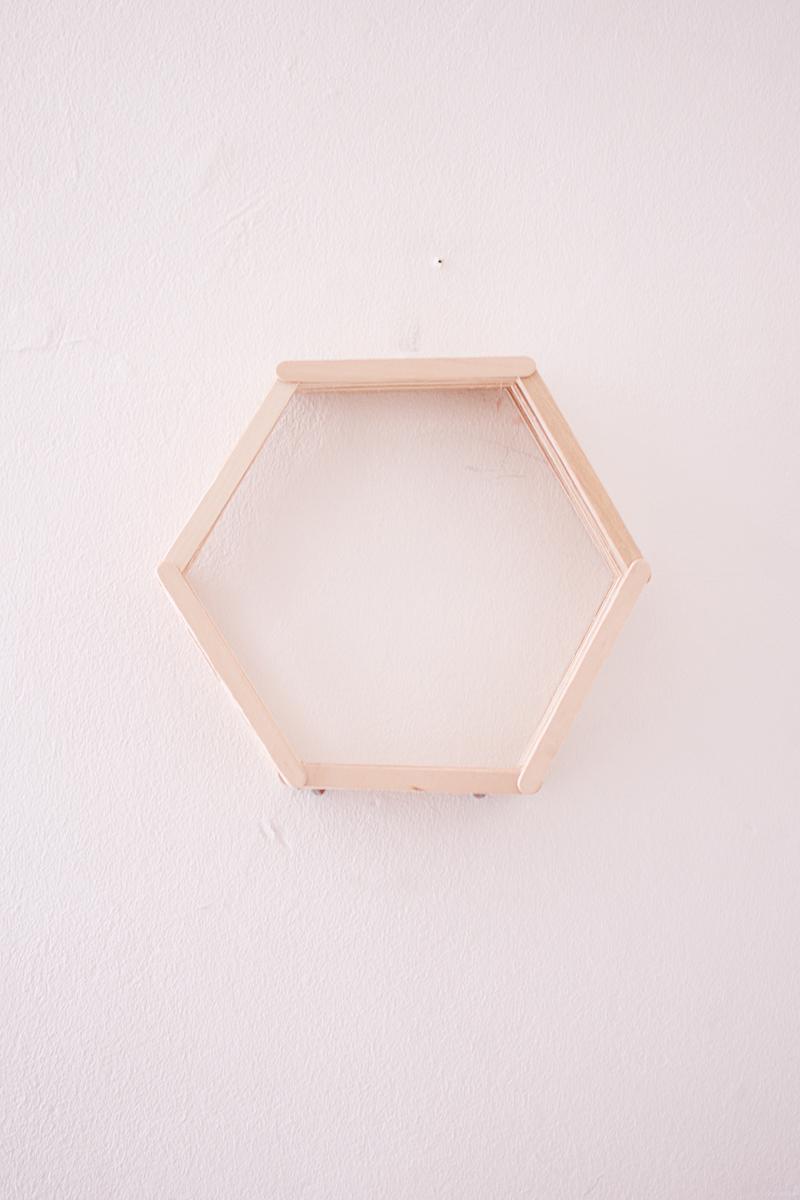 maak-zelf-een-zeshoekig-wandkastje-8-van-12