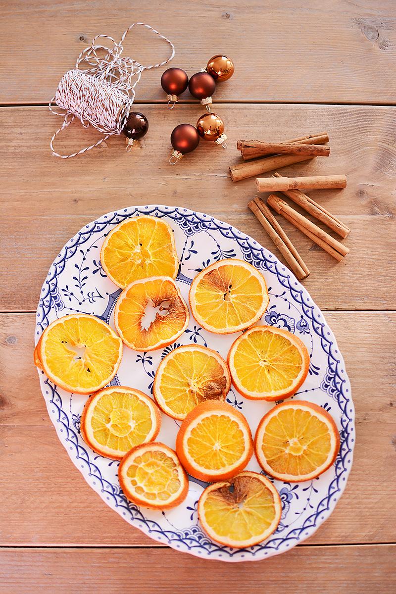 Kersthangers met gedroogde sinaasappelschijfjes