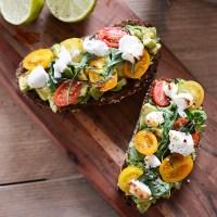 Lunchtip: toast met avocado, geitenkaas en tomaat