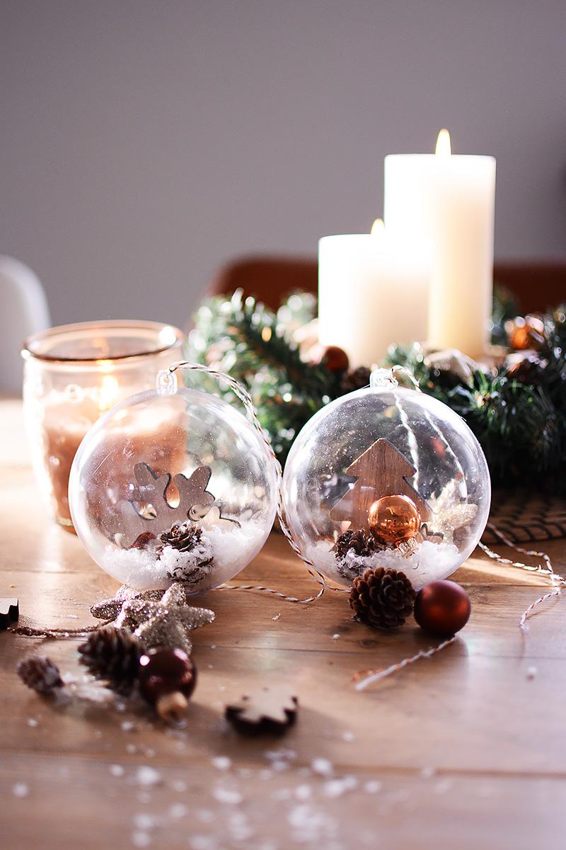Winterse kerstballen met sneeuw
