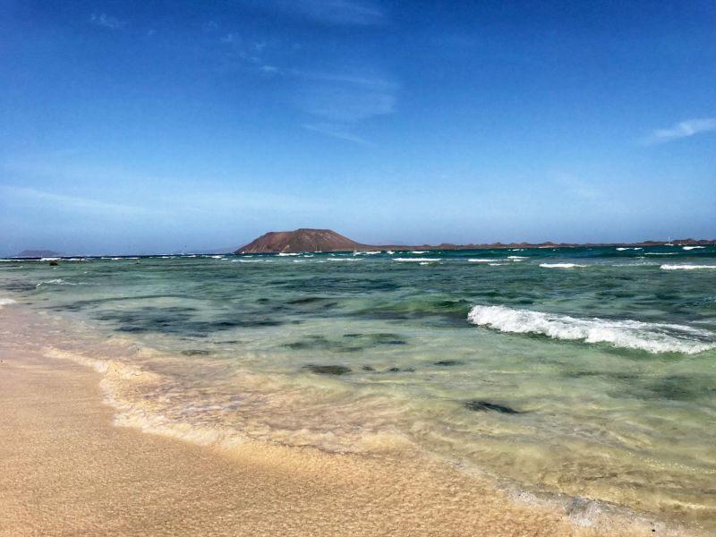 Corralejo-beach-view-of-Isla-de-lobos