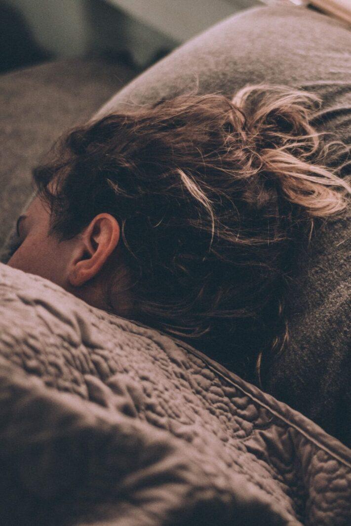TEMPUR®-Comfort-Pillow-Cloud-Review-girl-resting-her-head-on-a-pillow