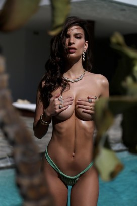 Emily-Ratajkowski-Swim-Collection-10