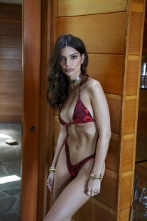 Emily-Ratajkowski-Swim-Collection-14
