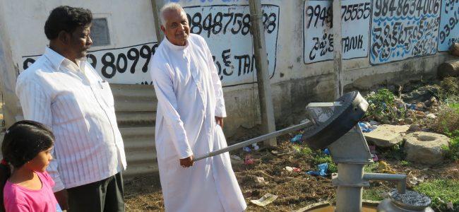 Bischof Maipan bei der Einweihung des neuen Brunnens.